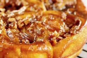 Caramel_pecan_sticky_buns_on_wire_rack